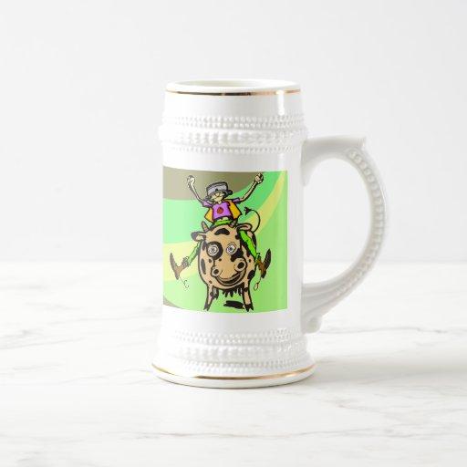 Vaca del montar a caballo del hombre taza de café