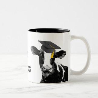 Vaca divertida de la graduación de la enhorabuena  taza de café