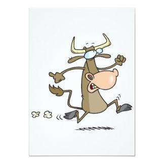 vaca divertida del dibujo animado en el moove del anuncio personalizado