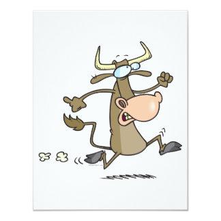 vaca divertida del dibujo animado en el moove del anuncios