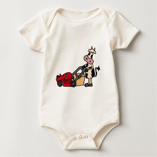 Vaca divertida que empuja el dibujo animado rojo mamelucos