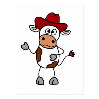 Vaca divertida que lleva el gorra de vaquero rojo postales