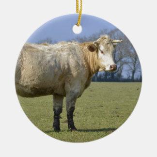 Vaca en campo adorno redondo de cerámica