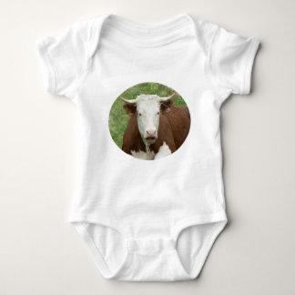Vaca en la camisa del cuerpo del bebé del camafeo