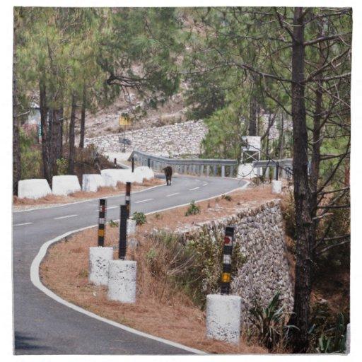 Vaca en un camino de la montaña servilleta imprimida