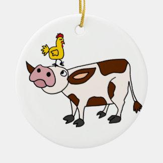 Vaca enrrollada con el pollo en su dibujo animado adorno redondo de cerámica