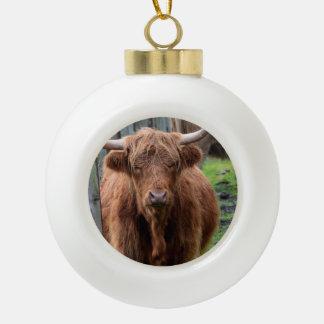 Vaca escocesa de la montaña adorno de cerámica en forma de bola