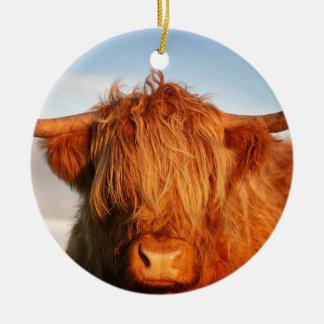 Vaca escocesa de la montaña - Escocia Adorno Navideño Redondo De Cerámica