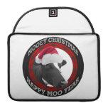 Vaca feliz del gorra de Santa del año del MOO del  Fundas Macbook Pro