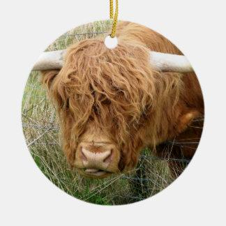 Vaca lanuda de la montaña adorno navideño redondo de cerámica