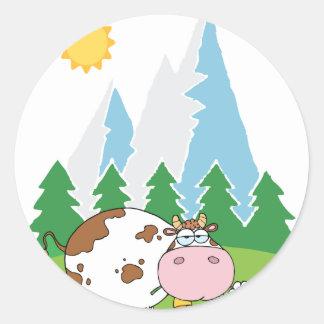 Vaca lechera de la montaña con la flor en boca pegatina redonda