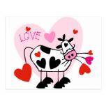 Vaca linda del dibujo animado con los corazones tarjeta postal