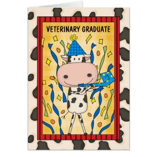 Vaca linda del dibujo animado del graduado de la tarjeta de felicitación