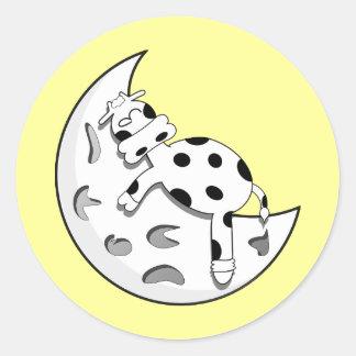 Vaca linda del dibujo animado que duerme en la pegatina redonda