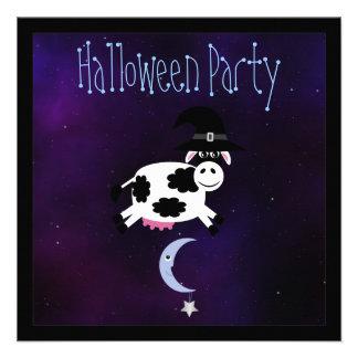 Vaca linda que salta sobre el fiesta de los niños  comunicados personalizados