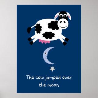Vaca linda saltada sobre el poster de la luna