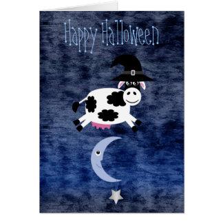 Vaca linda saltada sobre la luna Halloween Tarjeta