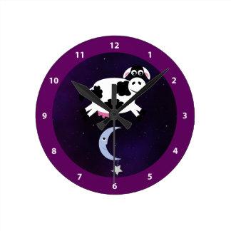 Vaca linda saltada sobre la luna reloj redondo mediano