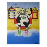 Vaca loca en la playa postales