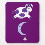 Vaca púrpura linda que salta sobre la luna tapete de ratones