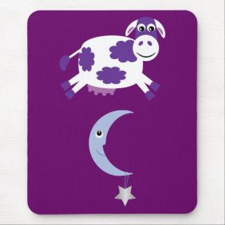 Vaca púrpura linda que salta sobre la luna mouse pad