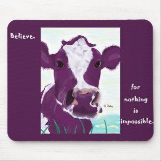Vaca púrpura que comtempla muy posiblemente vuelo tapetes de ratón