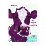 Vaca púrpura que comtempla muy posiblemente vuelo tarjetas postales