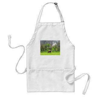 Vaca que pasta en pasto en primavera delantal