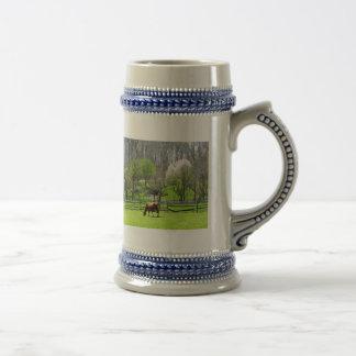 Vaca que pasta en pasto en primavera tazas de café