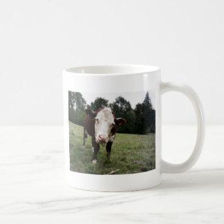 Vaca que pega hacia fuera la lengua taza