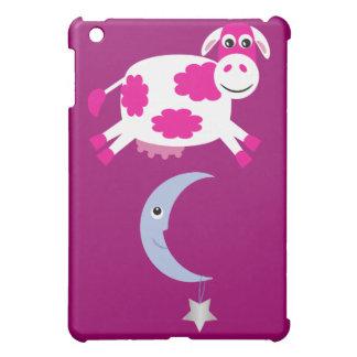 Vaca rosada linda que salta sobre la luna