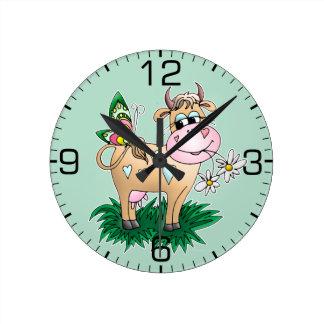 Vaca y mariposa lindas reloj redondo mediano