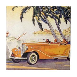 Vacaciones de familia del vintage en un coche conv tejas