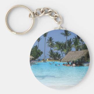 Vacaciones tropicales de la piscina llavero redondo tipo pin