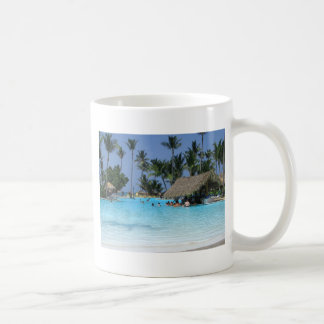 Vacaciones tropicales de la piscina taza de café