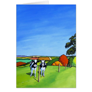 Vacas blancos y negros por el carril del país tarjeta de felicitación