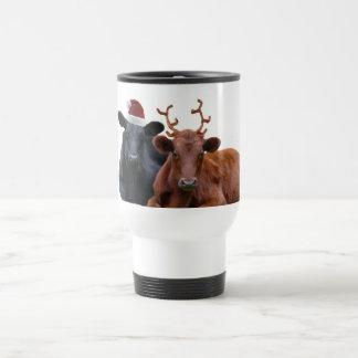 Vacas del día de fiesta del navidad en el gorra y taza de viaje