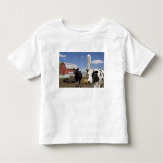 Vacas delante de un granero y de un silo rojos en playera de bebé