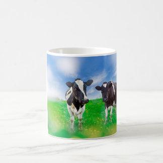 Vacas en taza verde del pasto