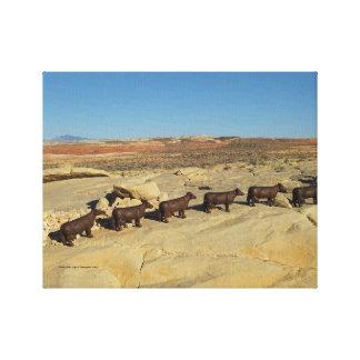 vacas marrones que caminan en desierto impresion de lienzo