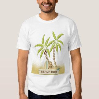 Vago, tablas hawaianas, palmeras y arena de la camisas