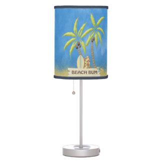Vago, tablas hawaianas, palmeras y arena de la pla lámpara de mesa
