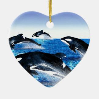 Vaina de la orca adorno navideño de cerámica en forma de corazón