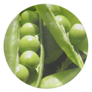 Vainas de guisante verde abiertas frescas en luz platos de comidas