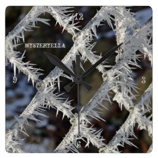 """""""valla cubierta de hielo"""" by mysteryella reloj cuadrado"""