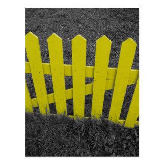 Valla de estacas amarilla postales