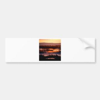 Valle brumoso de la puesta del sol pegatina de parachoque