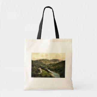 Valle de Borrowdale, de la piedra de Bowder, lago  Bolsas