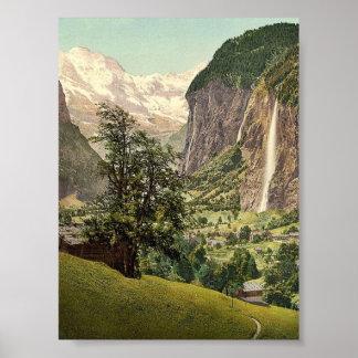 Valle de Lauterbrunnen con la cascada de Staubbach Póster