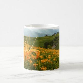 Valle de oro de la flor del Daylily Taza Mágica